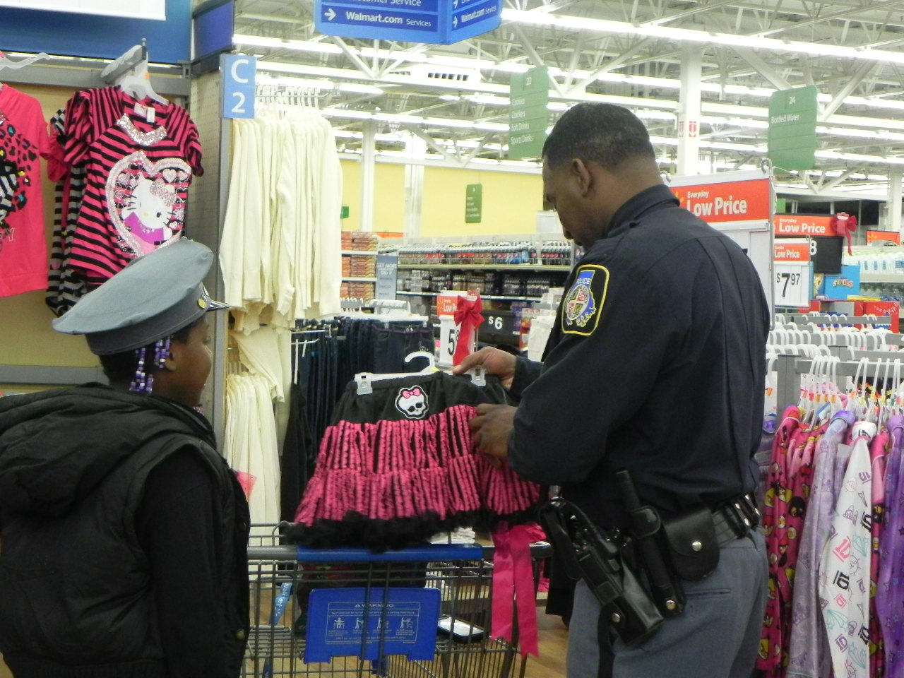 photo of an officer shopping with a child